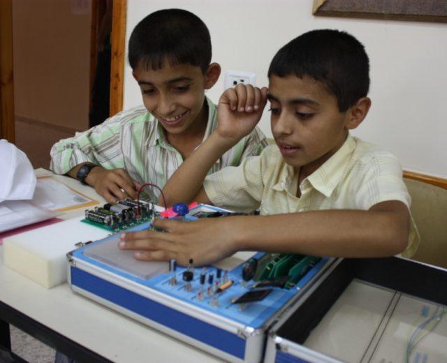 اعتماد حقائب سيك التعليمية في تطوير مختبرات العلوم والتكنولوجيا
